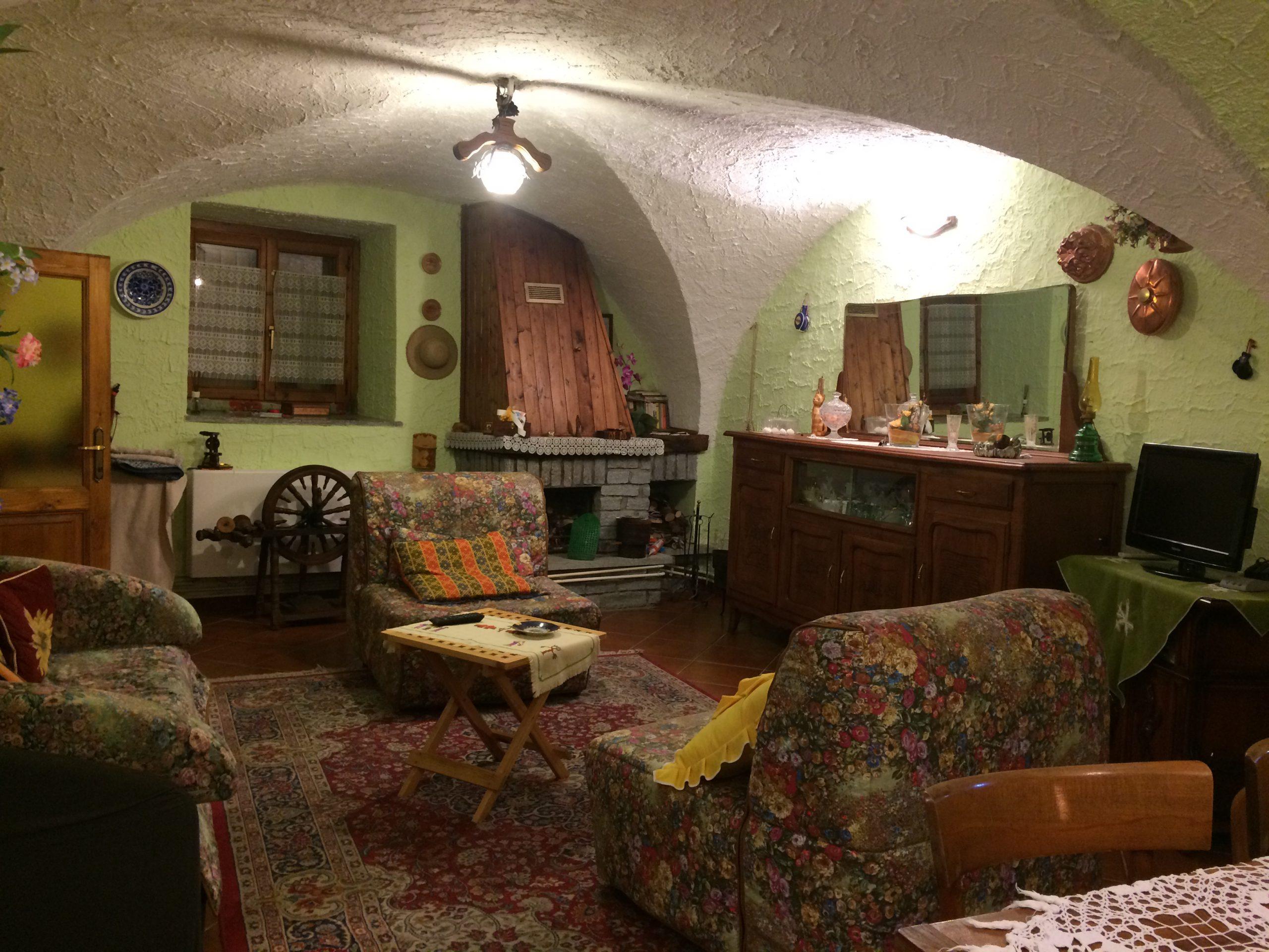 Caratteristico alloggio con volte a crociera e giardino privato